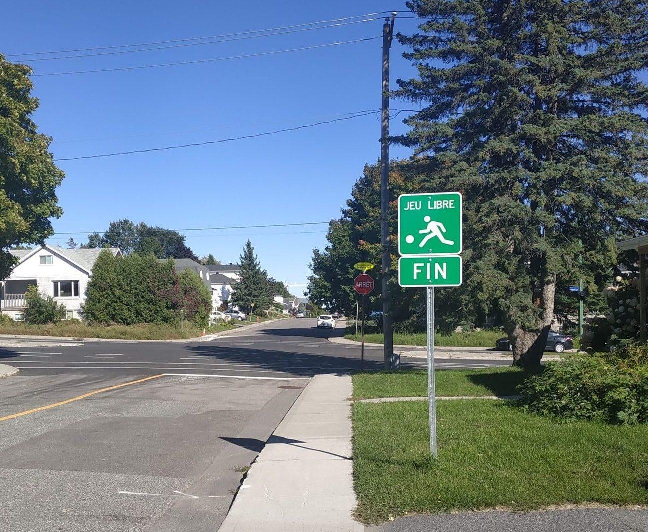 Panneau de signalisation indiquant la fin du jeu dans la rue.